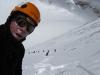 Louis auf 6800m, im Hintergrund das gesamte Team