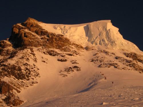 Der Gipfel des K2 bei Sonnenaufgang